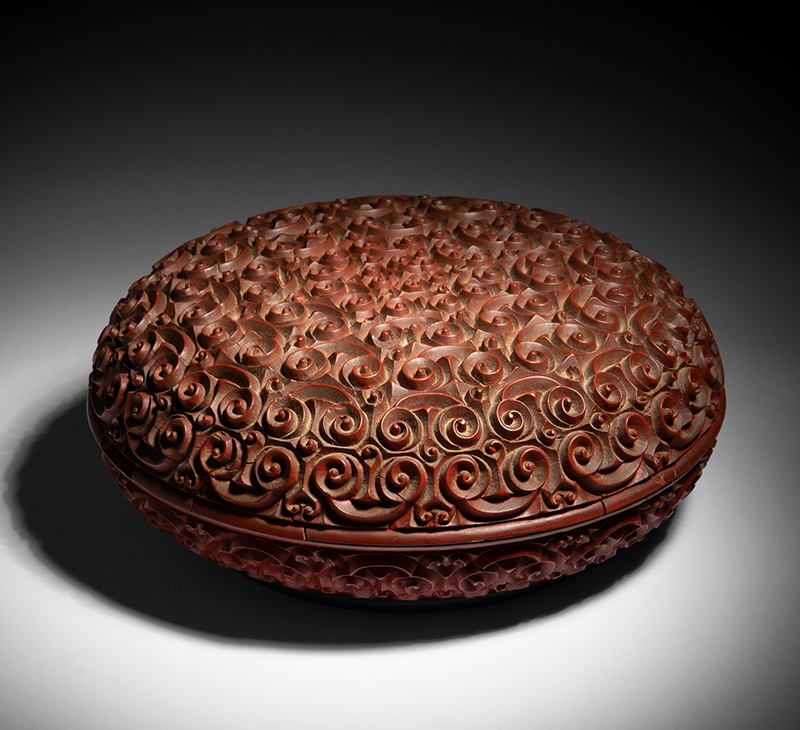 RARE CINNABAR LACQUER 'RUYI CLOUD' CIRCULAR BOX | QING DYNASTY, QIANLONG MARK AND OF THE PERIOD | 清乾隆 《大清乾隆年製》《蟠雲寶盒》填金楷書刻款 剔紅雕漆蟠雲寶盒