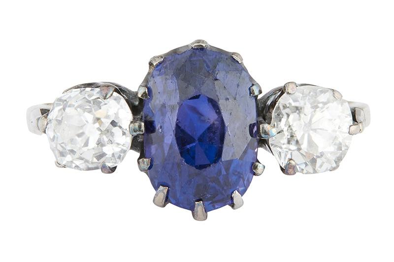 LOT 110 | A COLOUR-CHANGE SAPPHIRE AND DIAMOND SET RING