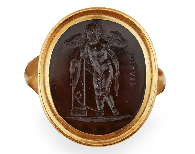 AN EARLY 19TH CENTURY SARDONYX INTAGLIO RING