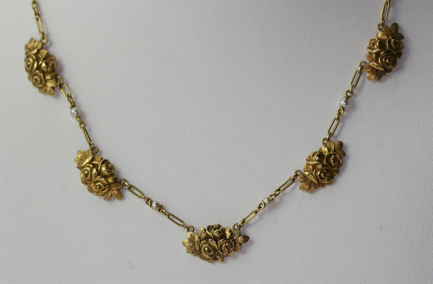 Lot 82 - An early 20th century French gold necklace