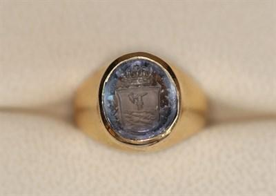 Lot 126 - An intaglio set signet ring