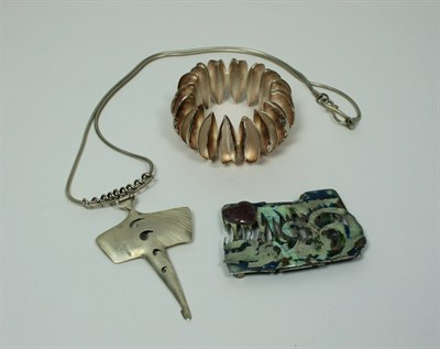 Lot 40 - MARK POWELL - A silver sting ray pendant