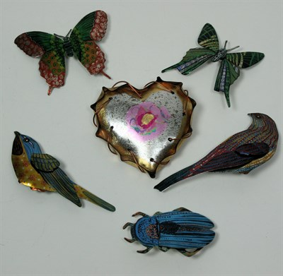 Lot 48 - MELANIE TOMLINSON - A collection of brooches