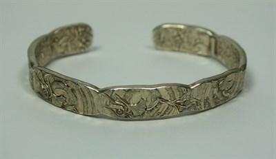 Lot 17 - MALCOLM APPLEBY - A silver bangle