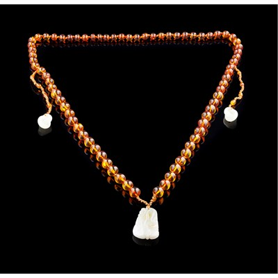 Lot 2 - SINGLE STRAND AMBER AND JADEITE NECKLACE
