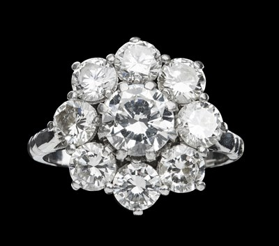 Lot 130 - A diamond set cluster ring