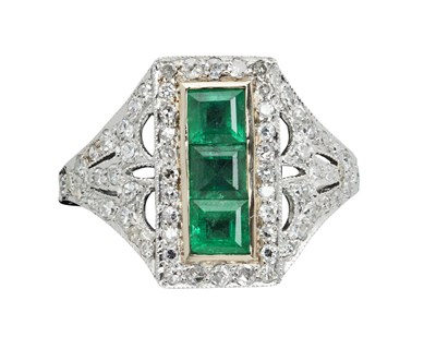 Lot 62 - An early 20th century diamond and emerald set ring