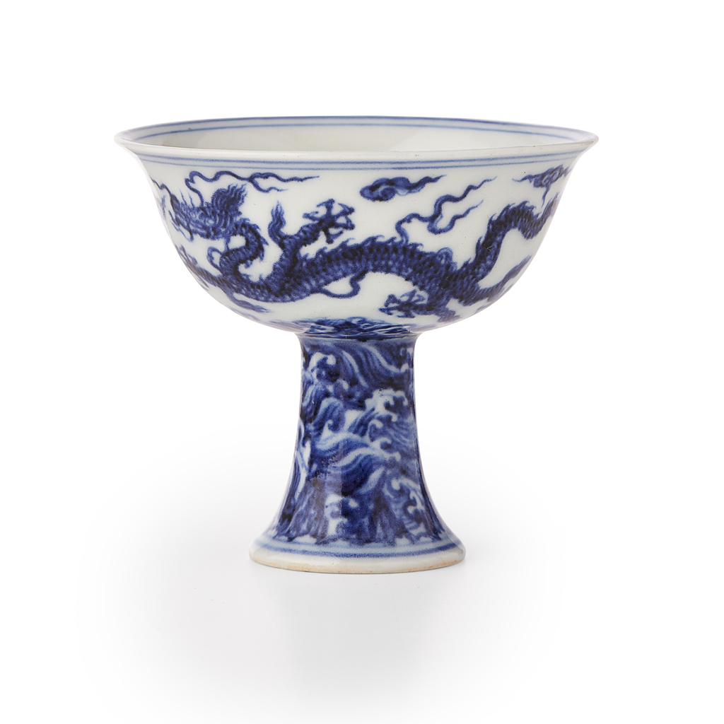 84 - HIGHLY IMPORTANT BLUE AND WHITE 'DRAGON' STEM CUP