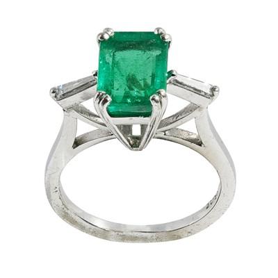 Lot 68 - An emerald and diamond set ring