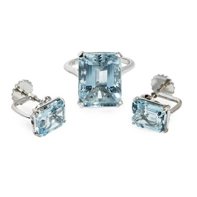 Lot 152 - An aquamarine cocktail ring and matching earrings