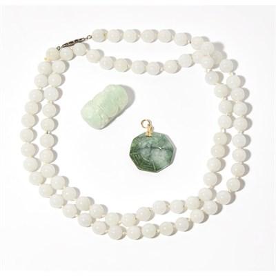 Lot 146 - A jade bead necklace