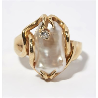Lot 161 - A pearl and diamond set ring