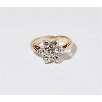 Lot 112 - A diamond set cluster ring