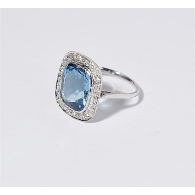 Lot 153 - An aquamarine and diamond set cluster ring