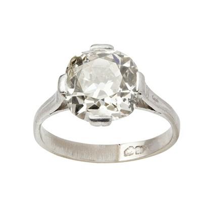 Lot 16 - A single stone diamond ring