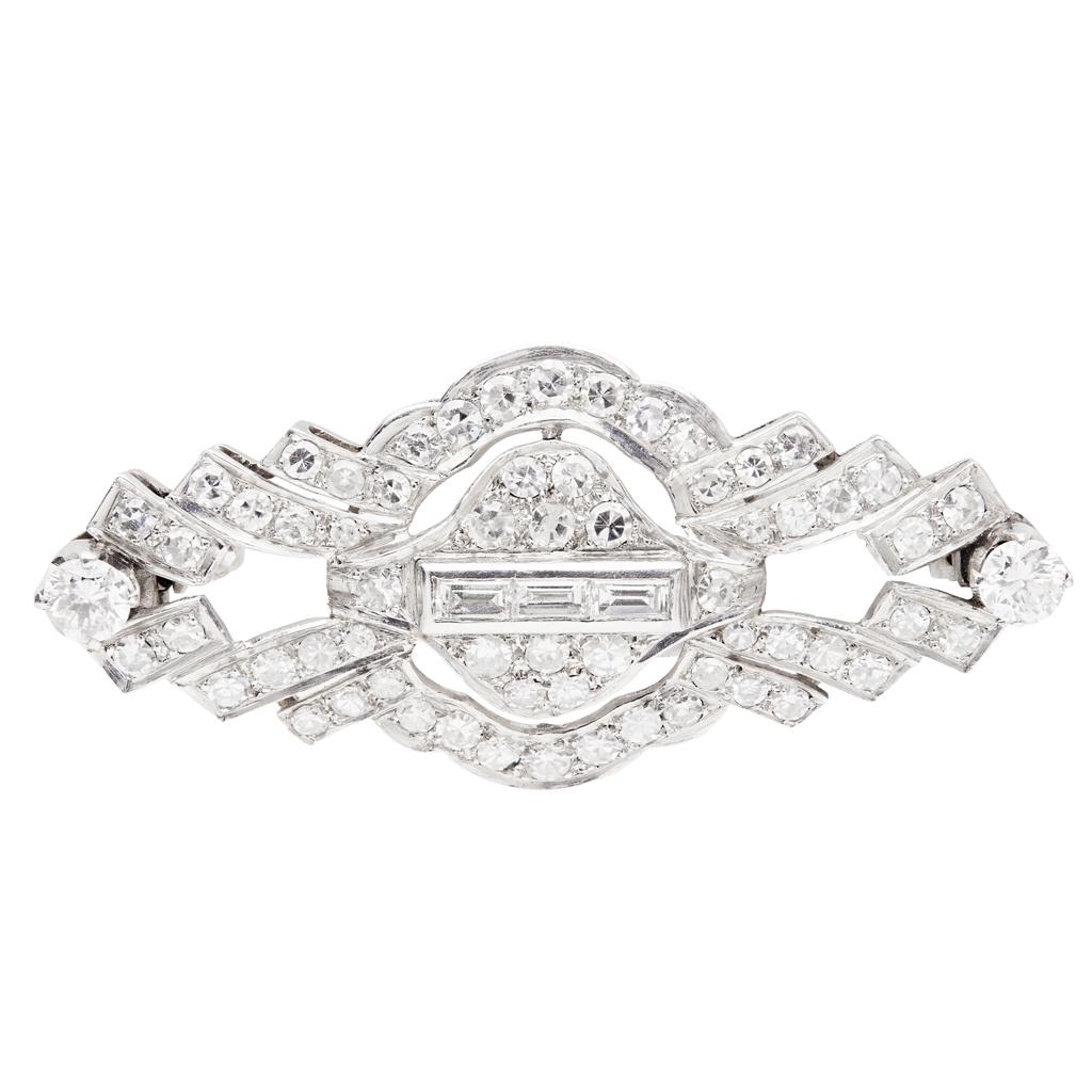 Lot 138 - An Art Deco diamond set brooch