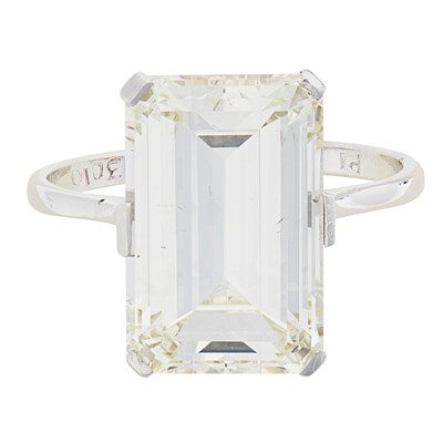 Lot 32 - A single stone diamond ring