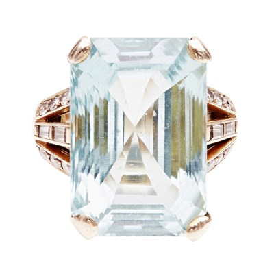 Lot 110 - An aquamarine and diamond set cocktail ring