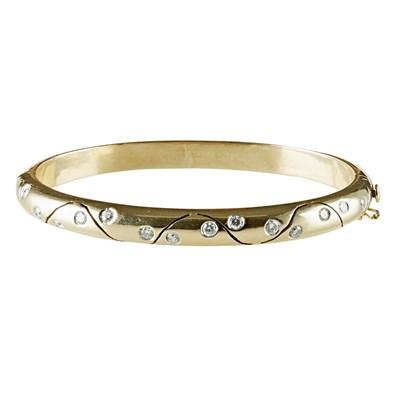 Lot 105 - A modern diamond set bangle