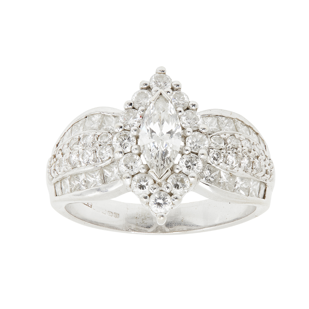 Lot 36 - A diamond set cluster ring