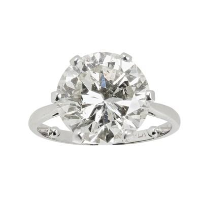 Lot 34 - A single stone diamond ring