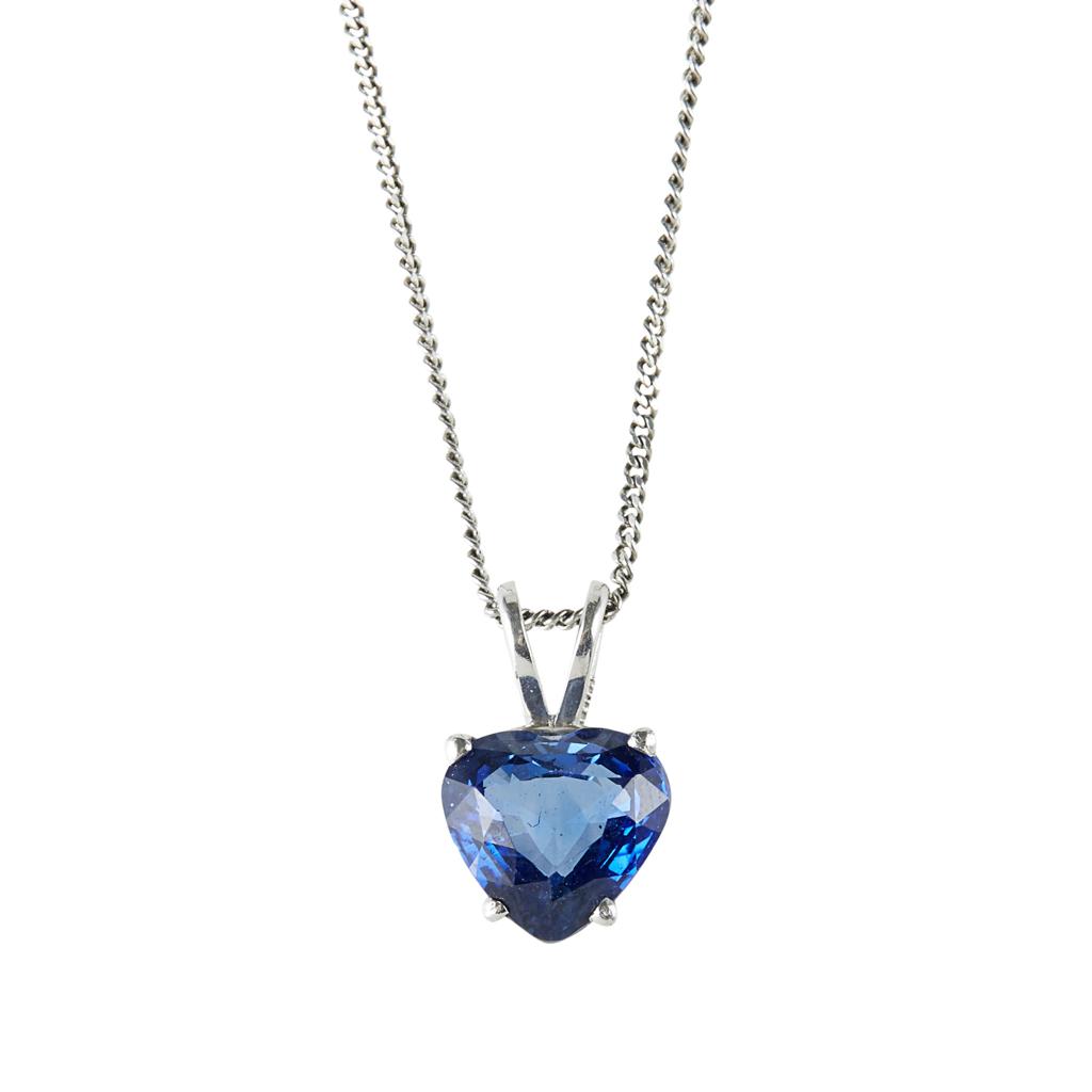 Lot 74 - A heart shaped sapphire set pendant necklace