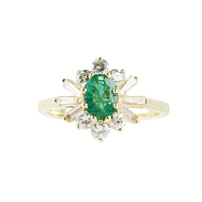 Lot 89 - An emerald and diamond set cluster ring