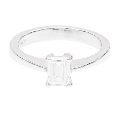 Lot 78 - A single stone diamond ring