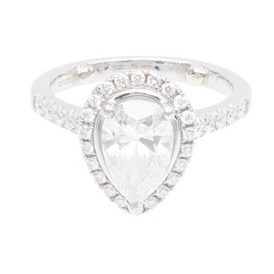 Lot 79 - A diamond set cluster ring