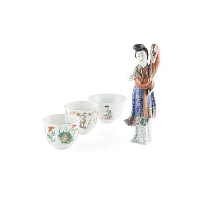 Lot 132 - PAIR OF FAMILLE ROSE OCTAGONAL TEA CUPS