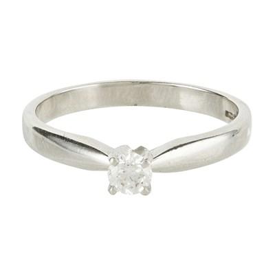 Lot 129 - A single stone diamond set ring