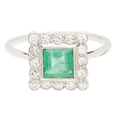 Lot 117 - An emerald and diamond set cluster ring