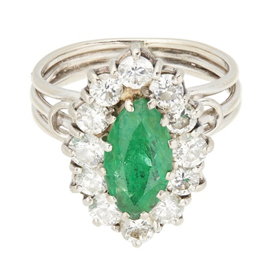 Lot 113 - An emerald and diamond cluster ring