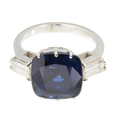 Lot 82 - A sapphire and diamond ring