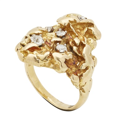 Lot 60 - A 1960s diamond set ring