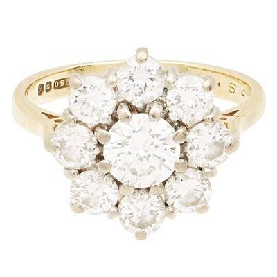 Lot 125 - A diamond set cluster ring