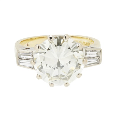 Lot 10-A diamond solitaire ring