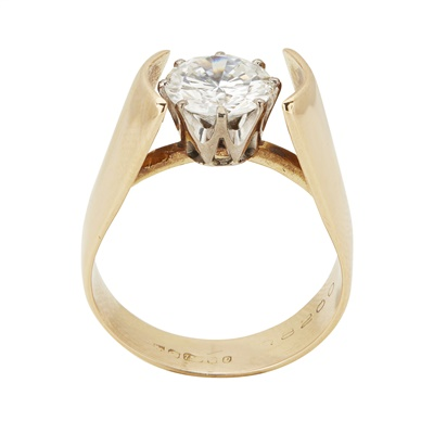Lot 15-A single stone diamond set ring