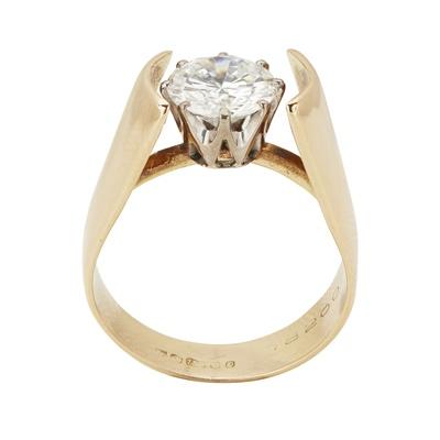 Lot 15 - A single stone diamond set ring