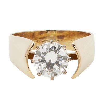 Lot 15-A single stone diamond set ring