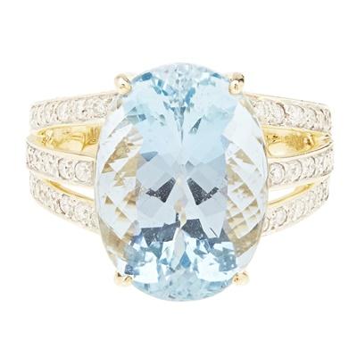 Lot 108 - An aquamarine and diamond set cocktail ring