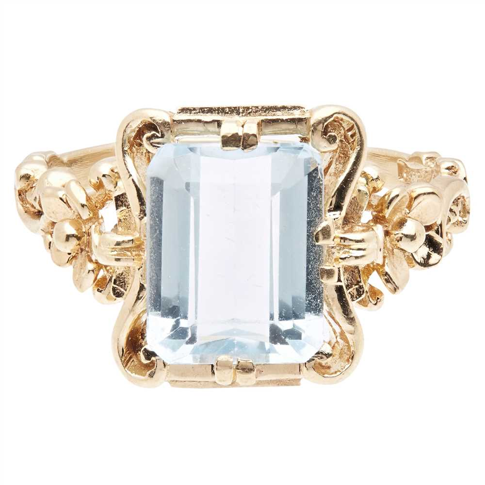 Lot 2-An aquamarine set ring