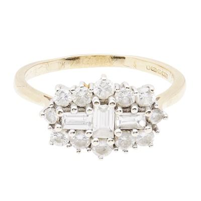 Lot 108 - A modern diamond cluster ring