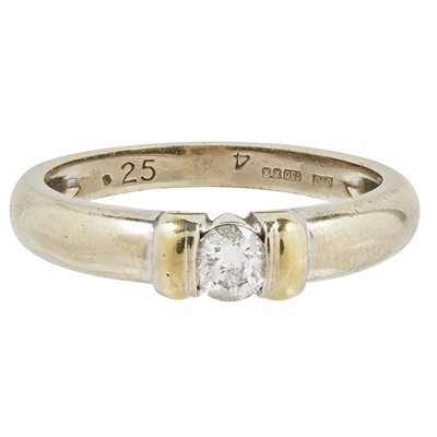 Lot 105 - A single stone diamond ring
