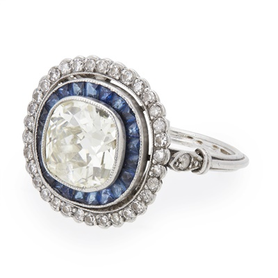 Lot 74 - An early 20th century diamond and sapphire set cluster ring