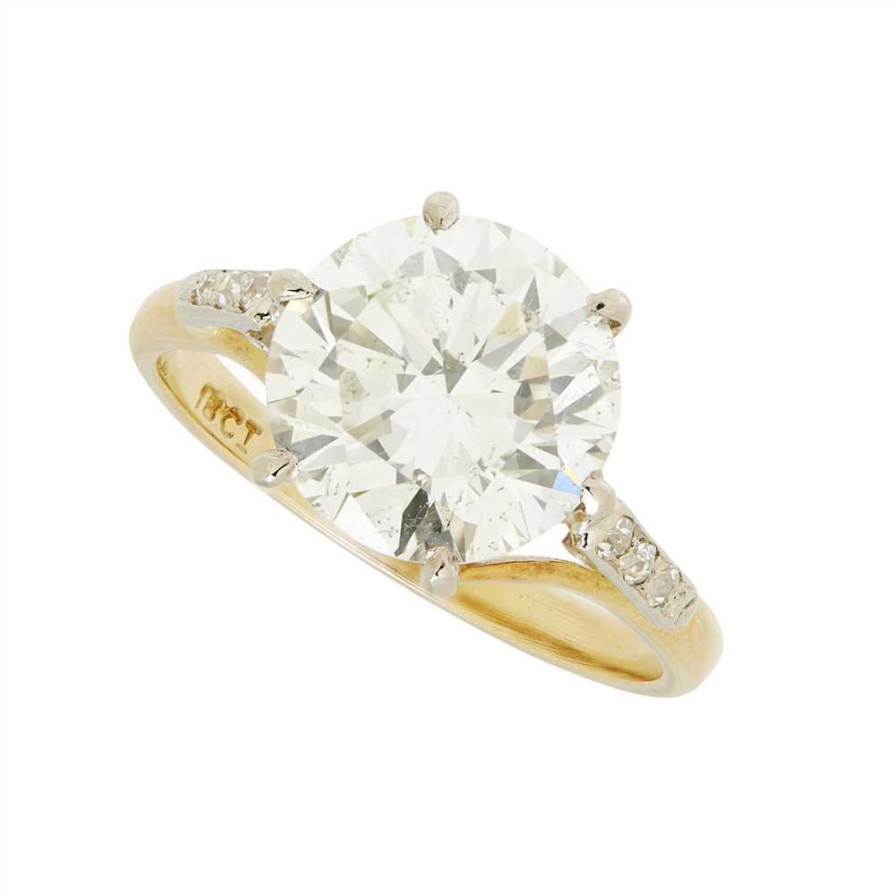 Lot 9-A single stone diamond ring