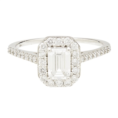 Lot 101 - A diamond cluster ring