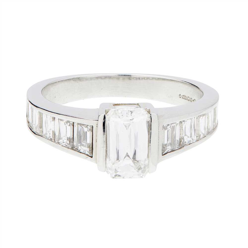 Lot 26-A single stone diamond ring