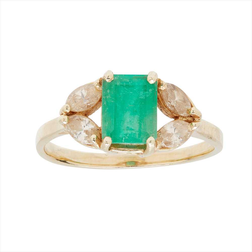 Lot 70 - An emerald and diamond set ring