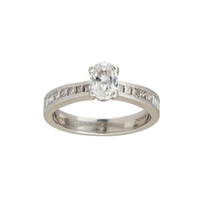 Lot 31 - A diamond set ring